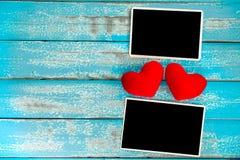 Álbum vazio do quadro da foto e coração vermelho no fundo de madeira azul Fotos de Stock Royalty Free
