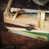 Álbumes y cajas viejos con memorias Foto de archivo
