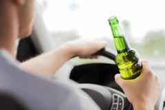 Álcool bebendo do homem ao conduzir o carro Imagem de Stock Royalty Free