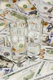 Álcool e dinheiro Fotos de Stock