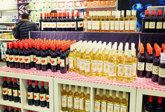 Álcool e vinho no supermercado imagens de stock