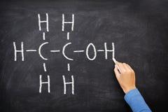 Álcool etílico do álcool no quadro-negro na classe de química Imagem de Stock