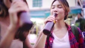 Álcool ou cerveja bebendo fêmea na estrada de Khaosan a rua a mais famosa em Banguecoque video estoque