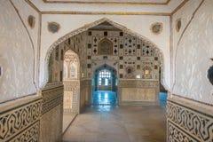 Ámbar, la India - 19 de septiembre de 2017: Detalles arquitectónicos mughal interiores hermosos dentro del palacio de Amber Fort  Imagen de archivo libre de regalías