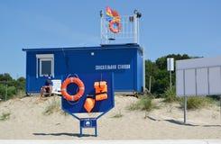 ÁMBAR, RUSIA El soporte con medios del ahorro sobre la estación salvavidas, la playa Fotos de archivo libres de regalías