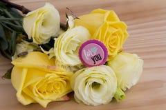 Ámele tarjeta con las flores Imagenes de archivo
