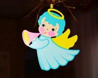 Ángel azul y árbol de navidad imagenes de archivo