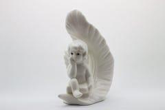Ángel blanco de la estatuilla con la pluma Imagen de archivo libre de regalías