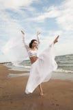 Ángel blanco en la playa Fotos de archivo