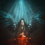 Ángel caido con las alas negras stock de ilustración