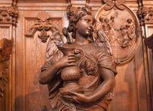 Ángel con la estatua de madera del agua dentro del santo del siglo XVII Charles Borromeo de la iglesia católica Imagenes de archivo