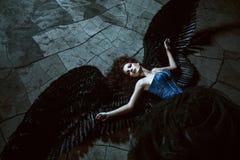 Ángel con las alas negras fotos de archivo