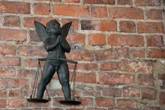 Ángel con las escalas del símbolo de la justicia en el viejo en Kraków Imagen de archivo