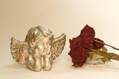 Ángel con las rosas rojas Foto de archivo