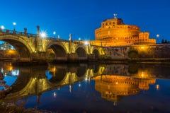 ` Ángel de Castel Sant en la puesta del sol en Roma Fotografía de archivo