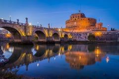 ` Ángel de Castel Sant en Roma en la puesta del sol Fotografía de archivo libre de regalías