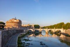 ` Ángel de Castel Sant y el ` Ángel de Ponte Sant por el río de Tíber imagen de archivo libre de regalías