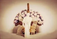 Ángel de cerámica con las flores en fondo imagenes de archivo
