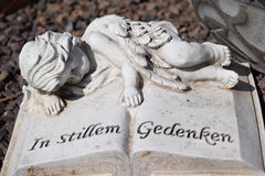 Ángel de cerámica, guardando el cementerio del ángel, cementerio del ángel el dormir, soñando el cementerio del ángel, ángel hech Imagen de archivo libre de regalías