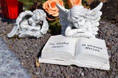 Ángel de cerámica, guardando el cementerio del ángel, cementerio del ángel el dormir, soñando el cementerio del ángel, ángel hech Imagenes de archivo
