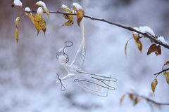 Ángel de cristal en fondo del invierno Fotos de archivo libres de regalías