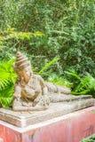 Ángel de descanso para la decoración en jardín botánico Fotos de archivo libres de regalías