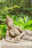 Ángel de descanso para la decoración en jardín botánico Foto de archivo