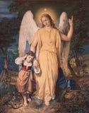 Ángel de guarda con el niño. Fotos de archivo