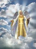 Ángel de la luz en cielo
