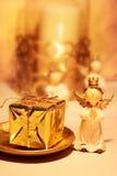 Ángel de la Navidad con el presente Fotos de archivo libres de regalías