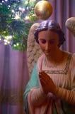 Ángel de la Navidad debajo de un árbol de navidad Fotografía de archivo