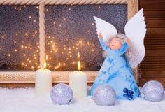 Ángel de la Navidad, vela, chucherías Foto de archivo libre de regalías