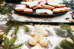 Ángel de la nieve del hombre de pan de jengibre en la tabla de cocina Imagen de archivo libre de regalías