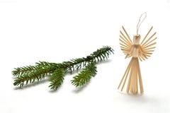 Ángel de la paja con la ramificación spruce Imágenes de archivo libres de regalías