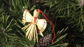 Ángel de la paja en un árbol de navidad almacen de metraje de vídeo