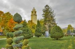 Ángel de la torre y del monumento de reloj en la ciudad de Bitola, Macedonia Imagen de archivo libre de regalías