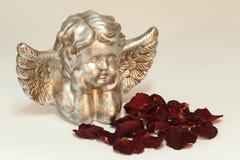 Ángel de oro con las rosas Imágenes de archivo libres de regalías