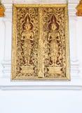 Ángel de oro que talla en la ventana vieja Imagen de archivo libre de regalías