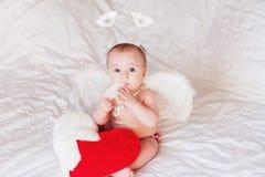 Ángel del bebé con las alas y la pluma Fotografía de archivo