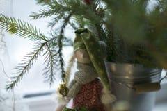 Ángel del invierno al lado del ramo de la Navidad Imagen de archivo