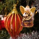 Ángel del músico que cuelga en el árbol de navidad Fotos de archivo
