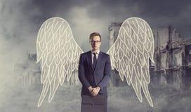 Ángel del negocio que se coloca sobre fondo apocalíptico Crisis, def Imagen de archivo