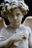 Ángel del niño con la estatua cruzada Imágenes de archivo libres de regalías