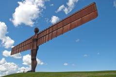 Ángel del norte contra un cielo azul. Imagenes de archivo