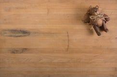 Ángel del oso de peluche en bloque de carnicero Imagenes de archivo