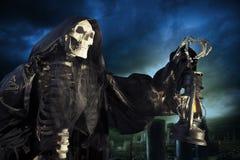 Ángel del segador severo de la muerte con la lámpara en la noche foto de archivo libre de regalías