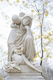 Ángel detrás de la estatua de la mujer Fotos de archivo