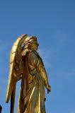 Ángel dorado en la base de la columna de la Virgen María fuera de la catedral Croacia de Zagreb Imágenes de archivo libres de regalías