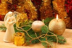 Ángel en guirnalda de oro de la Navidad Fotos de archivo libres de regalías