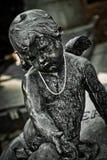 Ángel en una piedra de la tumba imagen de archivo